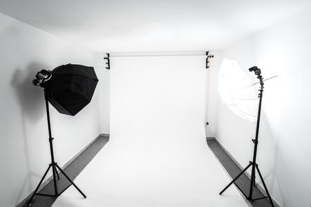 Amateur zelfgemaakte foto studio in de kelder. Goedkoop Zelfgebouwde achtergrond in de fotostudio.