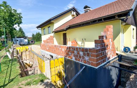 家族の家を再構築し、拡張子を追加します。型枠工事を設定. 写真素材 - 42851848