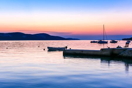 bateau: coucher du soleil ou le lever du soleil paisible en bord de mer avec des bateaux et sailship. Paysage od petit village portuaire au cr�puscule ou � l'aube. Vacances, loisirs et d�tente sur le c�t� de la mer.