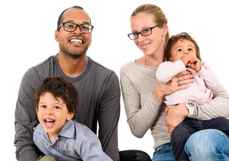 Glückliche interracial Familie feiert, lachen und Spaß haben mit Hispanic Afroamerikaner-Vater, Europäischer Mutter und Mulatto Kinder Sohn und Tochter. Isoliert auf weiß.