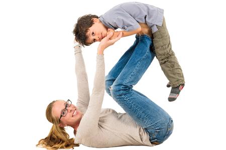 actividad fisica: Madre e hijo est�n ejerciendo juntos. Familia interracial activa que hace ejercicios de fisioterapia.