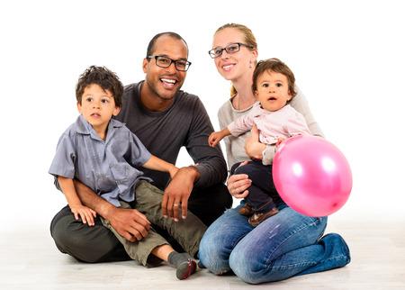 familias jovenes: Familia interracial feliz está celebrando, riendo y divirtiéndose con padre del afroamericano hispana, madre caucásica y mulato hijos hijo e hija. Aislado en blanco. Foto de archivo
