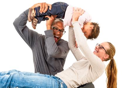 black girl: Zwischen verschiedenen Rassen Familie hat Spa�. Adoption ist ein Erfolg. Aktive Familie feiert ersten Geburtstag eines Mulatten Kind. Mischehen Konzept. Lizenzfreie Bilder