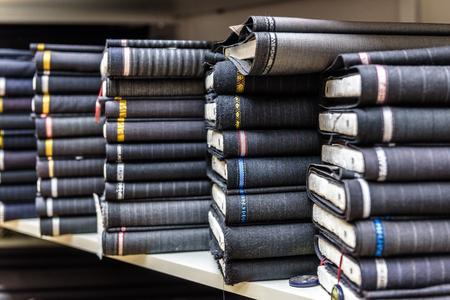 textil: Los rollos de tela y textiles en una tienda de fábrica o tienda o bazar. Multi tela diferente para los hombres traje formal de negocios en el mercado. telas industriales.