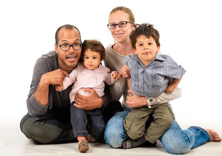 Gelukkig interraciale familie viert, lachen en plezier maken met Latijns Afro-Amerikaanse vader, blanke moeder en kinderen mulat zoon en dochter. Geïsoleerd op wit. Stockfoto