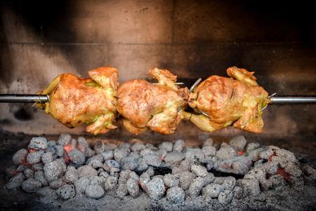 pollo rostizado: Cocinar el pollo 3 asador a la parrilla con carb�n vegetal y briquetas en el asador o parrilla profesional restaurante