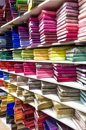 生地や繊維工場直売店や店やバザールでのロール。複数の異なった色および市場でパターン。技術的なファブリック。 写真素材 - 48356059