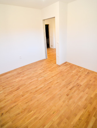 shiny floor: Renovating old apartment and parquet wooden hard floor. Empty room with white walls. Shiny new floor.