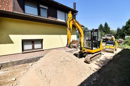 Fare e la costruzione di una nuova strada asfaltata con tubi di fogna, camion e escavatore o draga Pala meccanica e rulli. La fase sabbia del processo di costruzione.