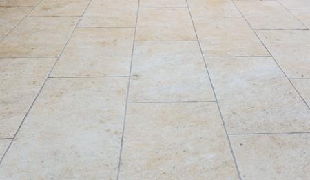 屋外テラスのタイルを汚い。外装グレー ベージュ舗装スラブ床のイメージ。