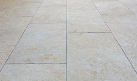 Sales Tuiles terrasse extérieure. Image de plancher exter avec des dalles de trottoir gris beige.