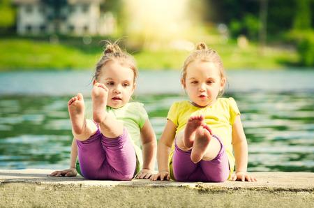 湖の岸 Twing 女の子を行使しています。 写真素材 - 60684144