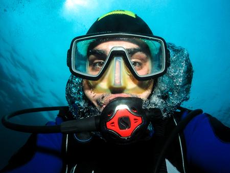 セルフ ポートレートを作ったり、selfie 水中スキューバ ダイバー。アドリア海・ クロアチアで水中の楽しみを持っています。 写真素材 - 61375679
