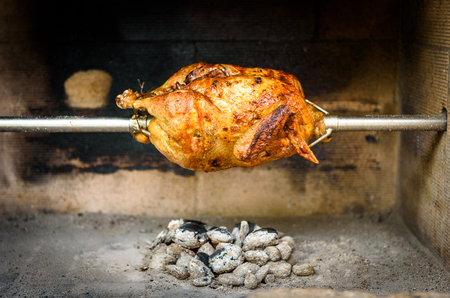 料理やロティサリー チキン専門のステーキハウスやバーベキュー レストランで木炭と練炭のグリルを準備