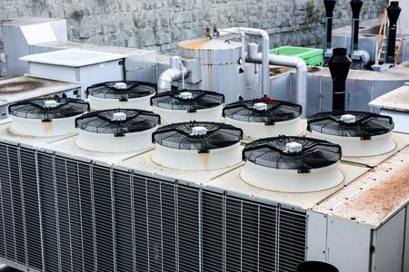 filtración: Industrial Calefacción Ventilación y Aire Acondicionado Recuperador al tejado del edificio. filtración de aire industrial y sistema de ventilación. Foto de archivo