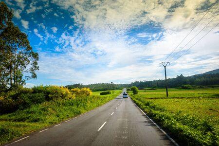 Conducir autocaravana o autocaravana en la carretera al aire libre en la naturaleza. Autocaravana es seguir a una autocaravana en un viaje familiar de aventura o un viaje en la naturaleza en Galicia, España. Explorando en vacaciones activas.