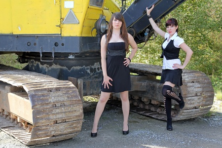 foto belle ragazze su camion 16627392-two-girls-before-the-big-excavator