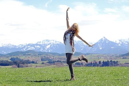 행복 - 어린 소녀가 산 전에 봄에 춤 스톡 콘텐츠