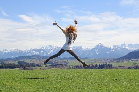 Springen van vreugde in de lucht Stockfoto