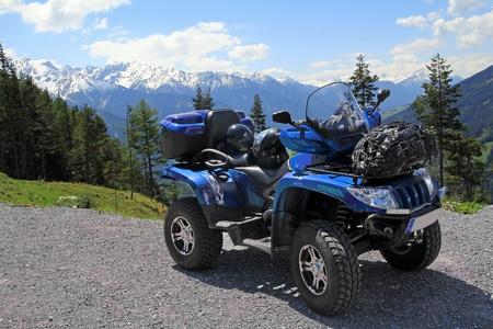 산속에 ATV가있는 스톡 콘텐츠