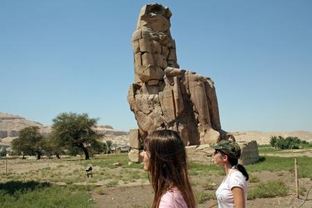 이집트의 테베에서 멤논의 위대한 거상에서 두 관광객 스톡 콘텐츠
