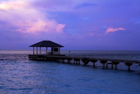 몰디브에있는 다리에서 푸른 시간