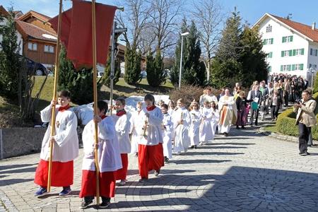 holy communion: Oy-Mittelberg, Bayern, Deutschland, 14.04.2013, el desfile de la primera comuni�n