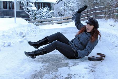 雪の道路や歩道でスリップ事故の危険性 写真素材