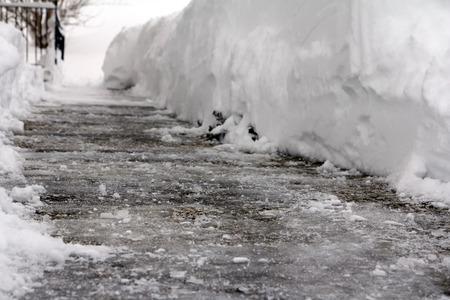 Gevaarlijke ijzel op een voetpad Stockfoto