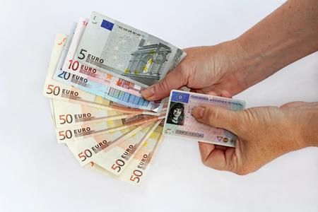 자동차 면허는 많은 돈을 요한다.