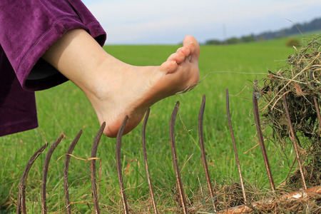 lesionado: Riesgo de accidentes cuando la jardinería. Peligro de lesiones durante el trabajo agrícola