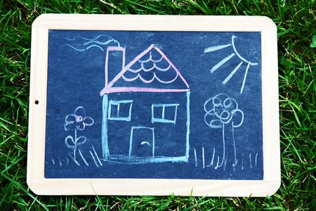 Ownership Een huis op een schoolbord. Een tekening van een huis