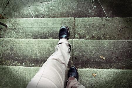 Beim Treppensteigen Vertigo. Höhenangst. Unfallgefahr beim Treppensteigen Standard-Bild - 40616908