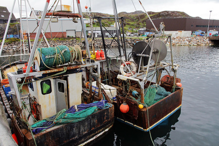redes de pesca: Los barcos de pesca con redes de pesca de colores en Escocia