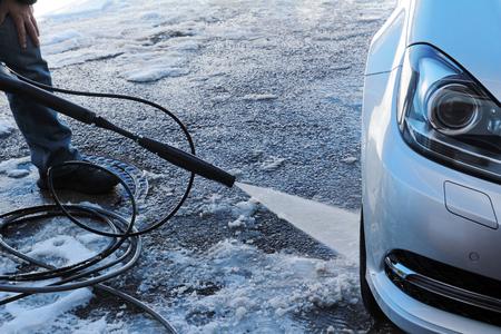 Winter Car Wash - Een man wast zijn auto in de winter Stockfoto