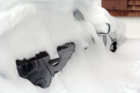 motor de carro: Un coche completamente nevado. Fuertes nevadas en las carreteras