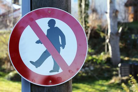 no correr: Muestra de camino - cruzando prohibido! Muestra de calle - Para peatones bloqueado