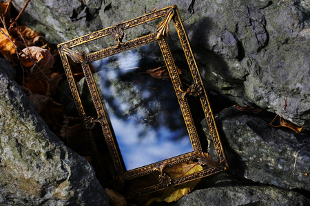 Der verzauberte Spiegel - Ein magischer Spiegel für Träume Standard-Bild - 51609332