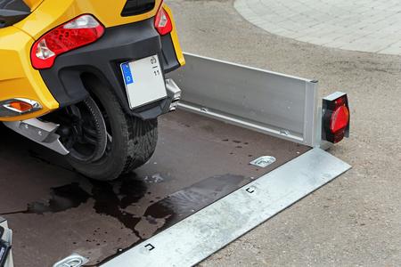 Abaisser remorque - remorque rétractable pour le transport de véhicules Banque d'images - 56833949