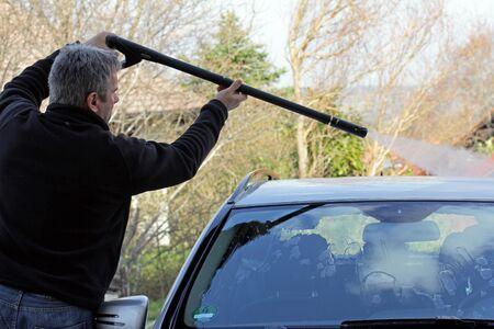 lavamanos: Un hombre se lava el techo de su coche Foto de archivo