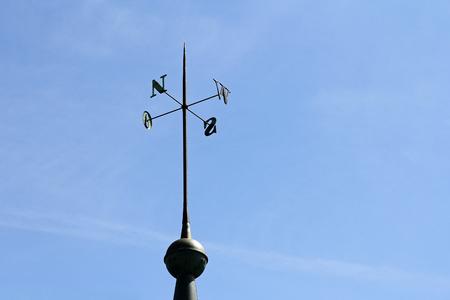 puntos cardinales: pantalla de hierro forjado de direcciones en una torre