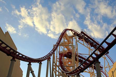 Rollercoaster dans le parc d'aventure des îles d'aventure (Universal Orlando Resort). Banque d'images - 73834028