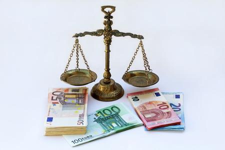 Een schaal en veel eurobiljetten