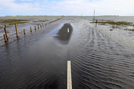 Überschwemmungen haben eine Straße überflutet. Überschwemmungen auf einer Straße