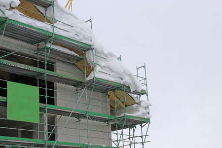On a construction site, work stops in winter when there is a lot of snow Standard-Bild