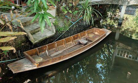 literas: viejos muelles barco de fila de madera tailandés en la orilla del río, cerca del puerto