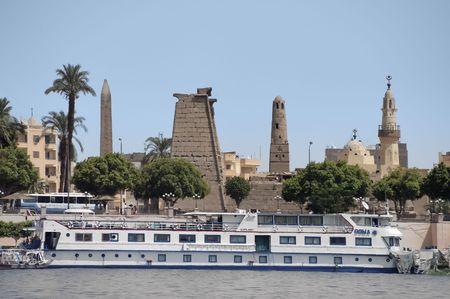 louxor: Luxor jet�e � fond sur les anciennes ruines