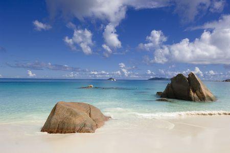 bounty: Anse Lazio - la playa popular con la arena blanca hermosa y la turquesa clara riegan, Praslin, Seychelles