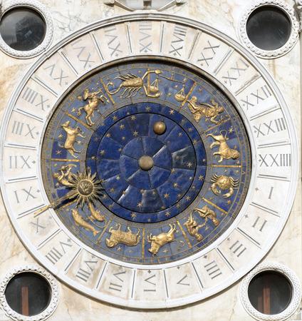 reloj de sol: Cara de reloj ubicado en la torre del reloj en la plaza San Marco, Venecia, Italia
