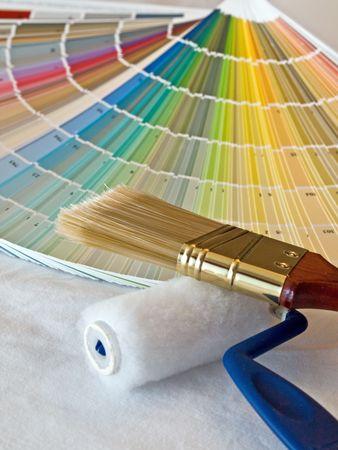 塗料の色見とブラシ